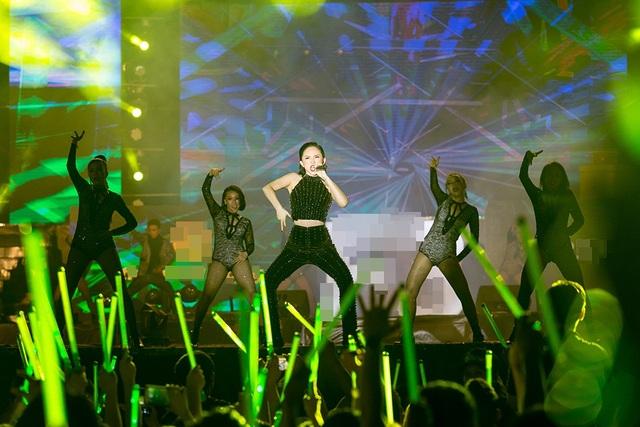 """Nối tiếp chương trình, Tóc Tiên gửi đến ca khúc """"I'm in love"""" và để kết thúc phần trình diễn, nữ ca sĩ nhờ khán giả tạo nên một """"không gian ngập tràn ánh sáng"""" và hát ca khúc """"Em không là duy nhất"""" cùng """"dàn đồng ca"""" 5000 khán giả."""