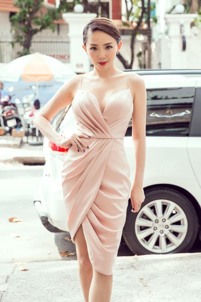 """Khác với vẻ ngoài hoa hòe hoa sói bị """"ném đá"""" """"lòe loẹt"""", """"như Võ lâm truyền kì"""" ở The Voice, Tóc Tiên lấy lại phong độ của một fashionisa Việt nổi bật, luôn dẫn đầu và tạo trào lưu thời trang."""