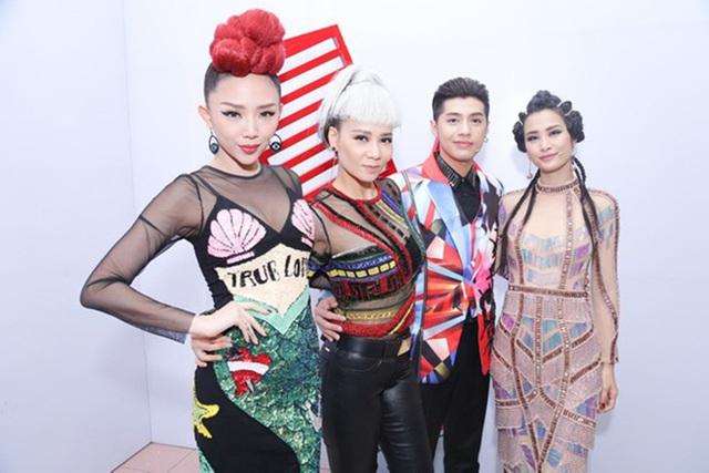 Trang phục của 4 HLV The Voice gây tranh cãi trái chiều ngay tập đầu phát sóng.