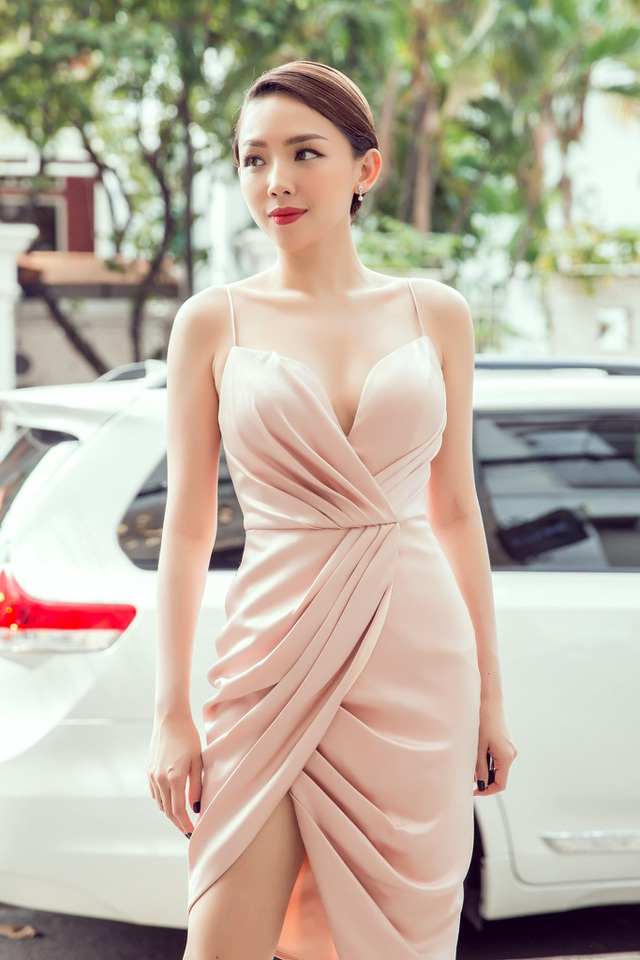 Người đẹp xuất hiện quyến rũ trong chiếc đầm ngắn cúp ngực.