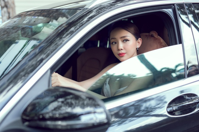 Cô tự lái xe để chủ động trong công việc.