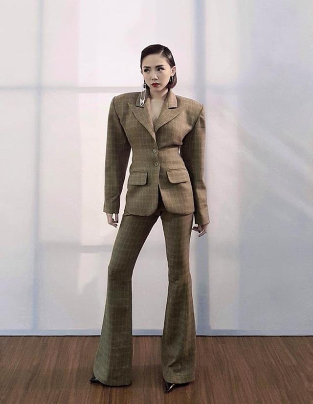 """Bản thân nữ ca sĩ Tóc Tiên đã lên tiếng thừa nhận bộ trang phục của mình có vấn đề bởi số đo không khớp với cơ thể cô. Tuy nhiên cô cũng cho rằng sự cố này khiến trang phục bị xấu đi phần nào chứ không thể tới mức """"làm lố"""" hay """"phản cảm""""."""