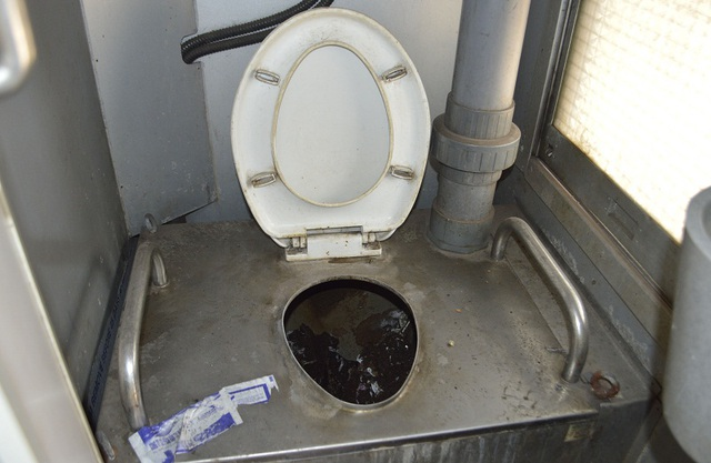 Hệ thống toilet lộ thiên trên tàu khách Bắc - Nam được cho là đã sử dụng sai quy trình khiến hành khách khiếp hãi.