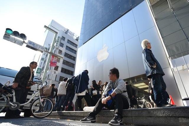 Tại Tokyo cũng xuất hiện những người đầu tiên đứng xếp hàng từ nhiều ngày trước.