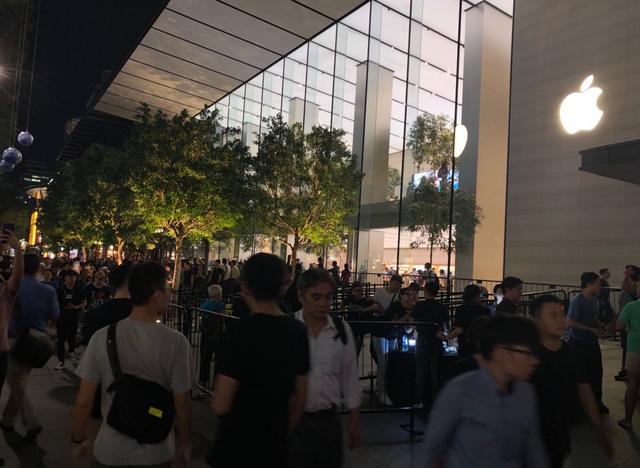 Càng gần ngày mở bán, các Apple Store tại đây càng thu hút đông người tới xếp hàng. Có những nơi tập trung hơn 500 người và kéo dài tới 2 dãy nhà.