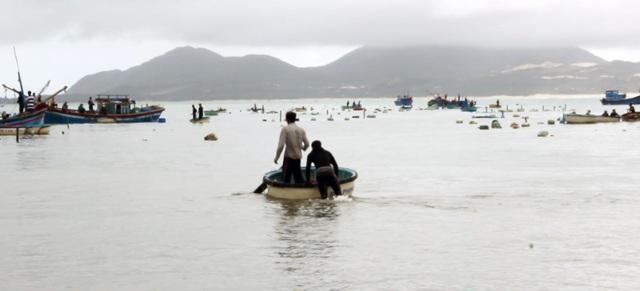 2 ngày qua người dân ở đây mất ăn mất ngủ, ngày ngày bơi thuyền ra biển mong sao được vớt được thứ gì còn sót lại sau cơn bão dữ