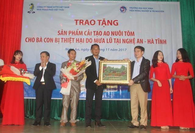 Trường Đại học Vinh tặng hoa, quà kỷ niệm cho Công ty Sitto Việt Nam.