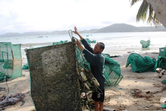 Theo người dân địa phương thì tại đây có gần 10.000 lồng tôm hùm được người dân thả nuôi