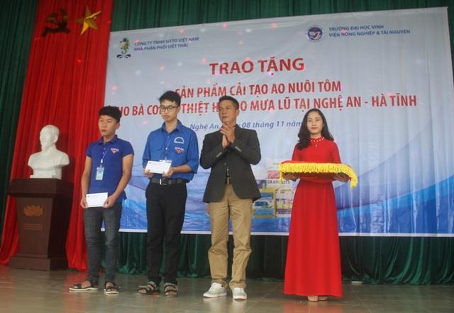 Tại buổi lễ, Công ty Sitto Việt Nam và Công ty Tín Việt trao tặng quà cho 7 em sinh viên có hoàn cảnh khó khăn, vươn lên trong học tập.