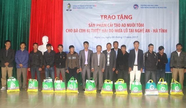 Công ty Sitto Việt Nam trao tặng 126 suất quà cho 126 hộ dân nuôi tôm bị thiệt hại sau mưa lũ.