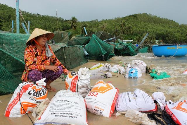 """Bà Nguyễn Thị Sáu (59 tuổi) nhìn những bao cát nặng gần 50kg mà nói: """"Nghe tin bão chúng tôi đã chuẩn bị những bao cát như thế này để giữ lồng bè, nào ngờ đâu bão quá mạnh cuốn đi của nhà tôi hơn 14.000 con tôm. 3 mẹ con, dành dụm tích góp hơn chục năm nay giờ trả tất cả về biển…"""""""