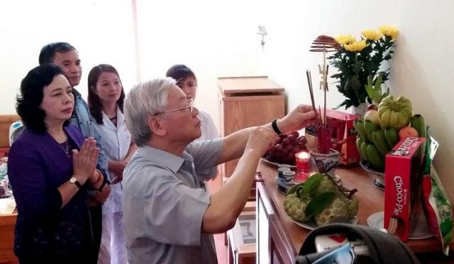Tổng Bí thư thắp hương cho các liệt sĩ tại Trung tâm nuôi dưỡng và điều dưỡng người có công số 2 Hà Nội