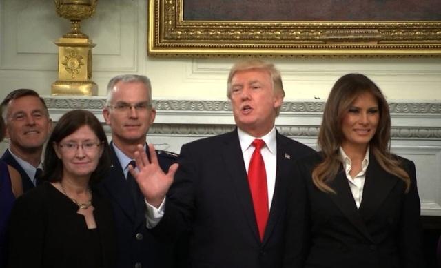 Tổng thống Mỹ Donald Trump sau cuộc họp với lãnh đạo quân đội tối 5/10 (Ảnh: Bloomberg)