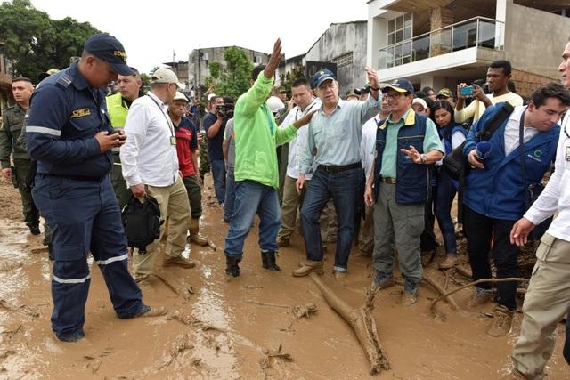 Tổng thống Santos (mũ xanh) trực tiếp xuống hiện trường chỉ đạo công tác cứu trợ và khắc phục hậu quả sau lở đất (Ảnh: Reuters)