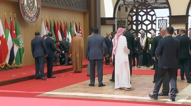 Tổng thống Lebanon Michel Aoun ngã nhào trên thảm đỏ tại hội nghị ở Jordan. (Ảnh: RT)