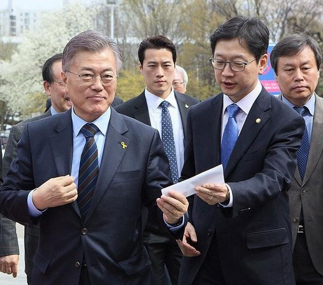 Choi Young-jae (giữa) luôn có mặt trong mọi sự kiện để bảo vệ Tổng thống Moon Jae-in (trái) từ khi ông còn là ứng viên tranh cử (Ảnh: Korea Times)