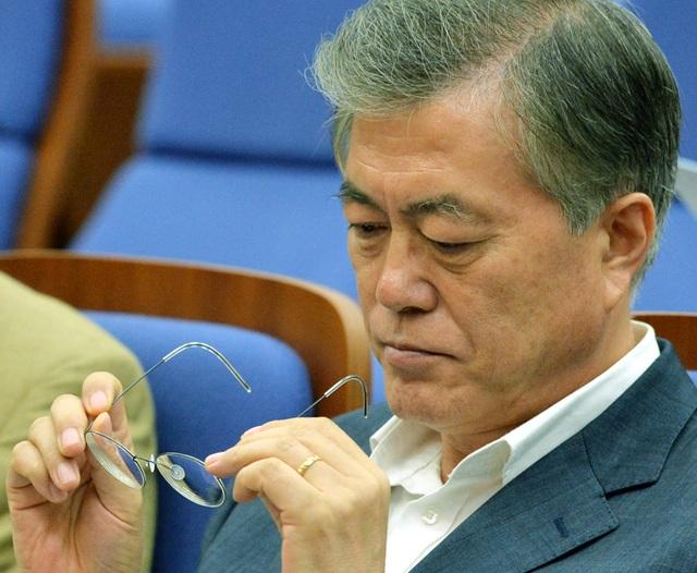 Tổng thống Moon Jae-in và cặp kính mắt Lindberg mà ông dùng trong suốt 5 năm qua (Ảnh: Korea Times)