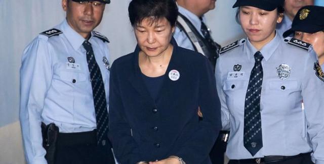 Cựu tổng thống Park Geun-hye được đưa tới phiên tòa xét xử (Ảnh: BBC)