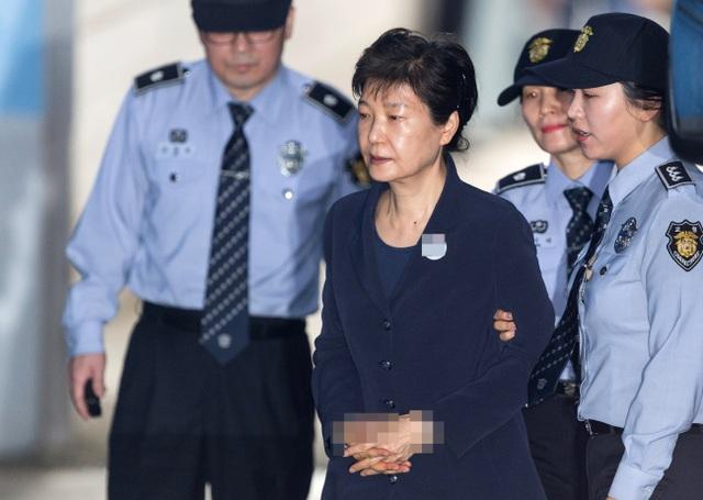 Cựu Tổng thống Park Geun-hye bị còng tay khi được đưa tới phòng xét xử của Tòa án quận trung tâm Seoul (Ảnh: Korea Times)