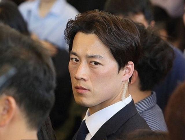 Choi Young-jae thu hút sự chú ý của dư luận Hàn Quốc vì vẻ điển trai và lịch lãm (Ảnh: Korea Times)