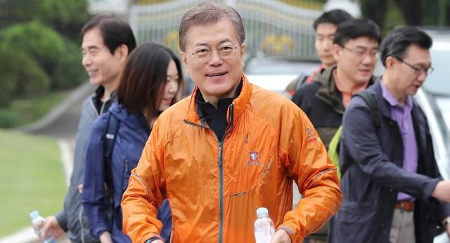 Chiếc áo khoác Black Yak màu cam gây sốt của Tổng thống Moon (Ảnh: Korea Times)