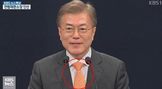 Chiếc cà vạt màu cam có in hình hải cẩu đảo Dokdo của Tổng thống Moon (Ảnh: KBS News)