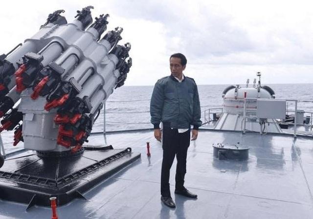 Tổng thống Indonesia Widodo trên tàu chiến KRI Imam Bonjol (Ảnh: CNA)