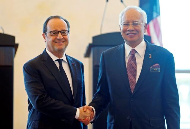 Tổng thống Pháp Francois Hollande (trái) bắt tay Thủ tướng Malaysia Najib Razak trong cuộc họp báo chung ở Putrajaya, Malaysia ngày 28/3 (Ảnh: Reuters)