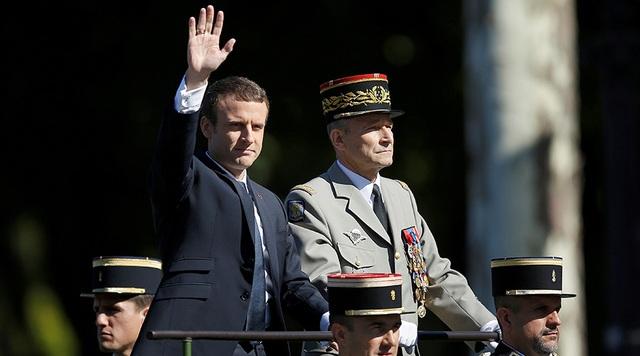 Tổng thống Emmanuel Macron và Tổng tham mưu trưởng Pierre de Villiers dự lễ diễu binh mừng ngày Quốc khánh Pháp tại thủ đô Paris (Ảnh: Reuters)