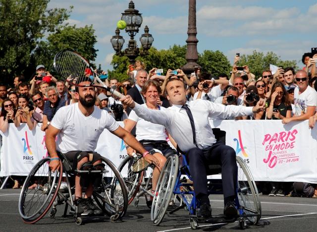 Một pha đỡ bóng của Tổng thống Pháp (Ảnh: Reuters)