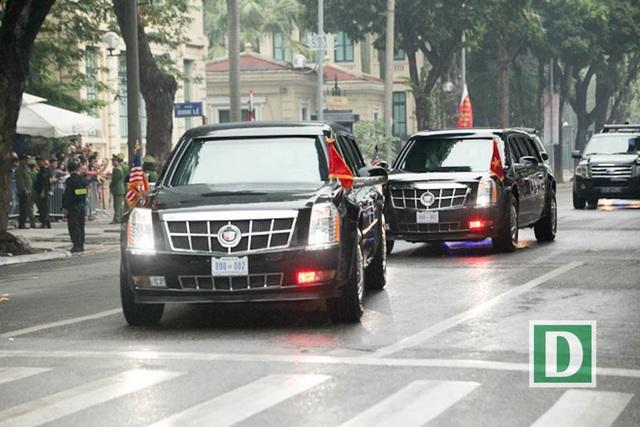 Hai xe quái thú trên đường phố Hà Nội.