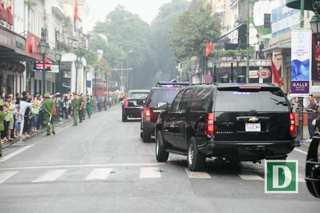 Người dân đứng xem hai bên đường.