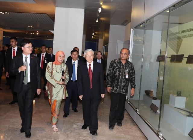 Tổng Bí thư Nguyễn Phú Trọng đến thăm Bảo tàng Quốc gia Indonesia.
