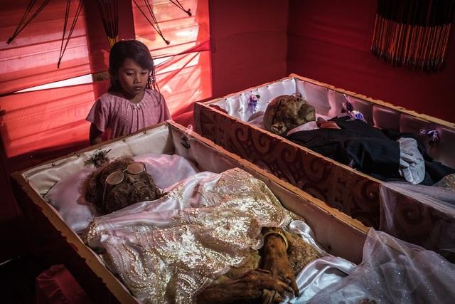 Ngôi làng có tập tục sống chung nhà với thi thể người chết cả năm trời - 1