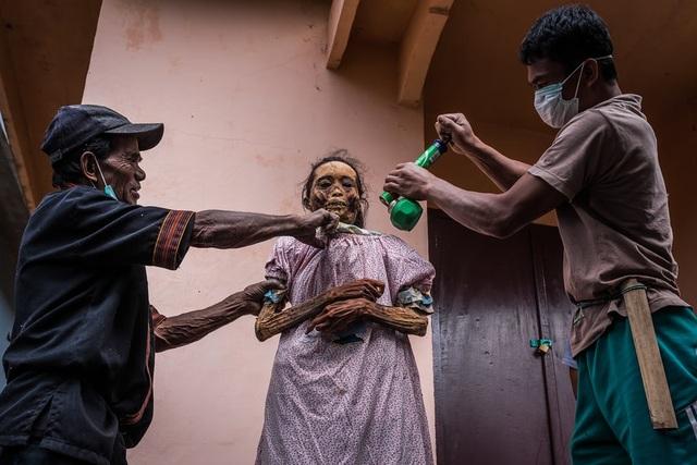 Ngôi làng có tập tục sống chung nhà với thi thể người chết cả năm trời - 2