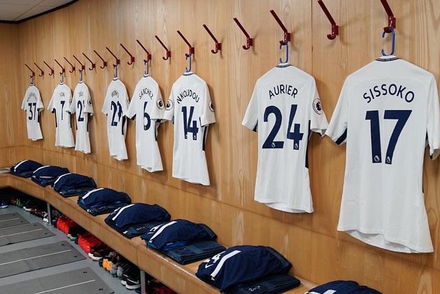 Trang phục thi đấu của các cầu thủ Tottenham đã sẵn sàng