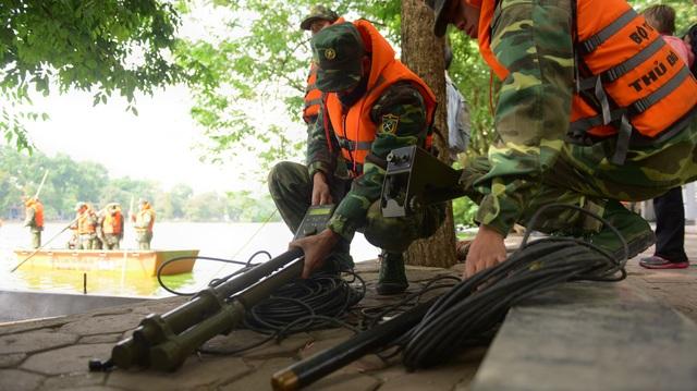 Thiết bị rà soát bom mìn, vật liệu nổ của Tiểu đoàn 554 (Bộ Tư lệnh Thủ đô Hà Nội) được đưa vào rà soát để đảm bảo an toàn. Dự kiến đến đầu tháng 12, Công ty TNHH một thành viên Thoát nước Hà Nội bắt đầu nạo vét Hồ Gươm.