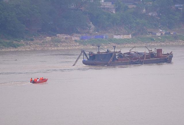 Sau khi xác định quả bom, lực lượng chức năng đã khoanh vùng, hướng dẫn tàu thuyền đi qua khu vực này đảm bảo an toàn.
