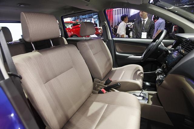Hàng ghế trước không có bệ tì tay cho người lái