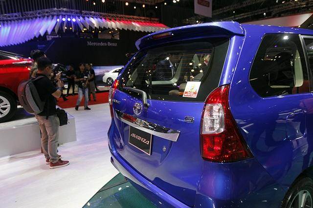 Toyota Avanza vừa được giới thiệu tại Triển lãm ô tô Việt Nam 2017 không có cảm biến lùi, camera lùi. Ở các thị trường khác trước đó như Phillippines, Indonesia cũng không có.