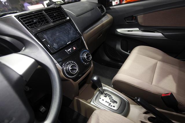 Tay lái của Avanza được bọc cao su, có tích hợp điều khiển âm thanh. Hộp số tự động 4 cấp khá quan thuộc trên các mẫu Toyota tại Việt Nam trước đây như Prado, Altis, Vios...