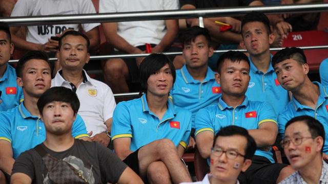Các tuyển thủ Việt Nam có mặt trên sân Thống Nhất để xem Xuân Trường thi đấu