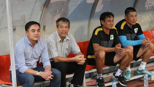 HLV của tuyển TPHCM trong trận này là ông Nguyễn Đức Thắng (bìa trái)