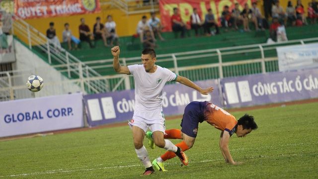 ... nhưng Đặng Văn Robert đóng góp 2 bàn, góp công vào trận hoà của đội chủ nhà