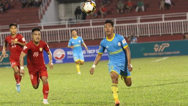 Các cầu thủ Khánh Hoà liên tục gây khó cho CLB TPHCM mỗi khi họ tăng tốc (ảnh: Trọng Vũ)