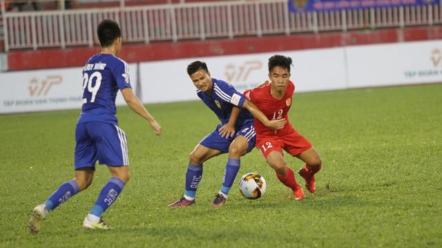 CLB TPHCM (áo đỏ) có trận đấu không hề dễ dàng trước Quảng Nam (ảnh: Trọng Vũ)