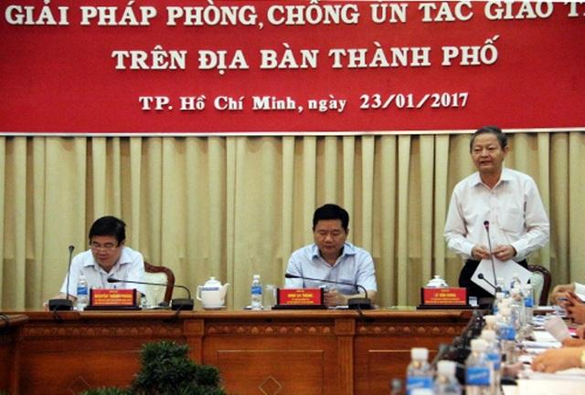 Phó Chủ tịch UBND TPHCM Lê Văn Khoa báo cáo tình hình giải quyết ùn tắc giao thông trên địa bàn thành phố