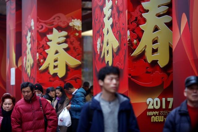 Đường phố Trung Quốc được trang hoàng rực rỡ trong những ngày cận Tết (Ảnh: Reuters)