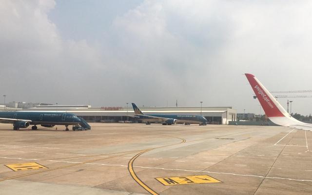 Hàng chục chuyến bay phải hủy do bão số 12 đổ bộ vào khu vực miền Trung