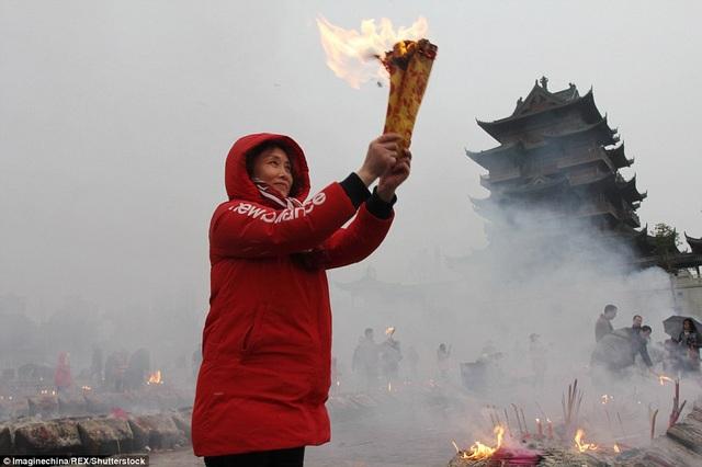 Theo phong tục truyền thống, vào ngày này, người dân sẽ dọn dẹp nhà cửa gọn gàng, ngăn nắp, đốt pháo hoa để xua đuổi đói nghèo, chào đón Thần Tài.
